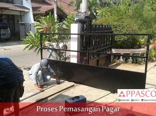 proses pemasangan pagar rumah minimalis
