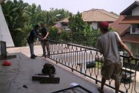 proses pemasangan railing balkon rumah lantai 2